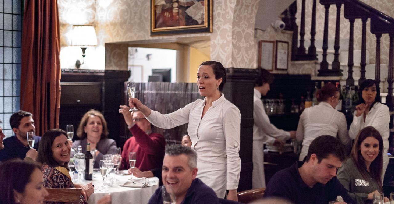 Solista cantando ópera entre los comensales de La Favorita Madrid